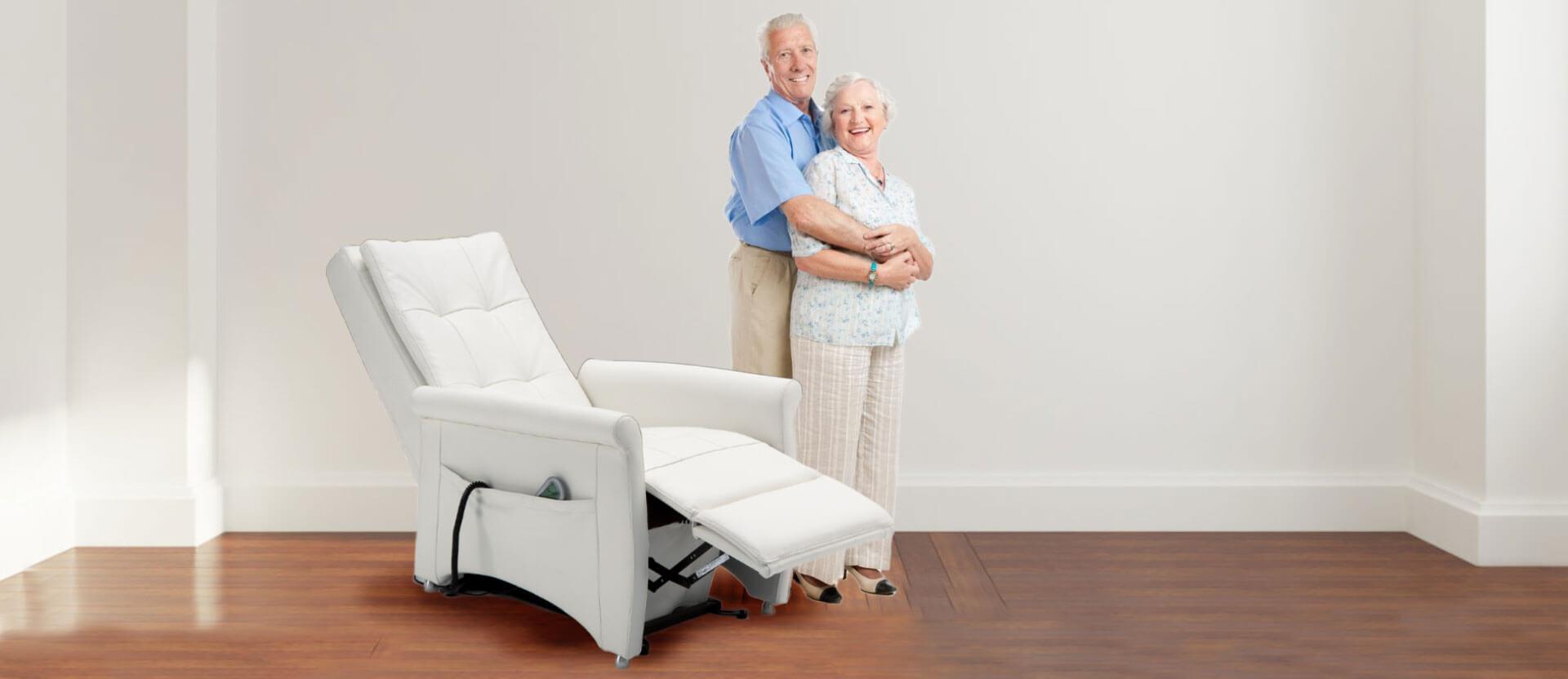 anziani nel soggiorno con la poltrona relax